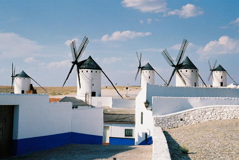 Ruta de don quijote casas rurales en ciudad real con for Piscina un molino de viento y una sombrilla